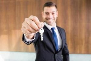 real-estate-agent-giving-keys